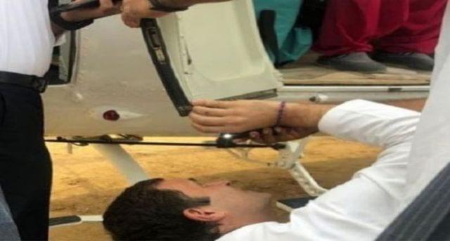 rahul gandhi is helping in repairing chopper