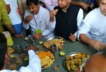 राहुल गांधी ने अहमदाबाद में गुजराती भोजन का लुफ्त उठाया